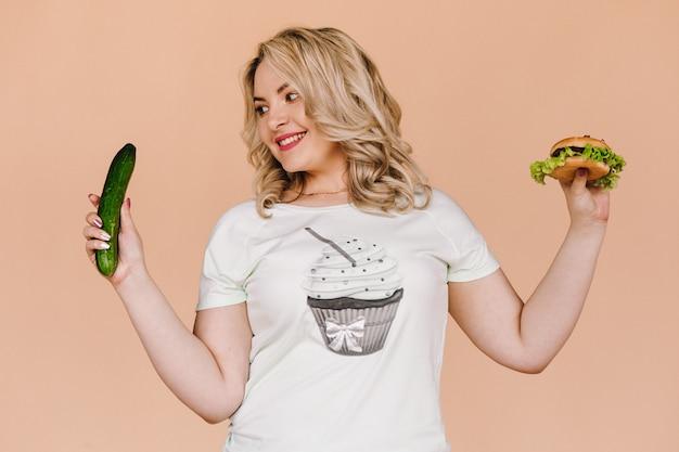 Девушка следит за своей фигурой и выбирает здоровую диету
