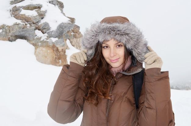 Девочка носить пальто с фоне снега