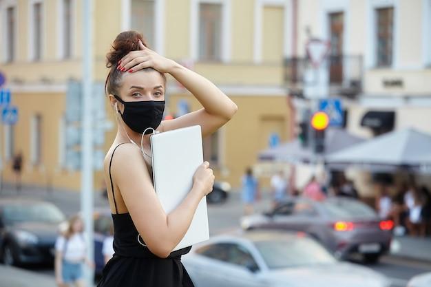 街を歩いてフェイスマスクを着ている少女