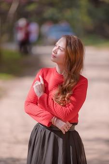 빨간 드레스를 입고 소녀 높은 산 벚꽃 경로를 따라 벚꽃 산책 자두 cerasoides.