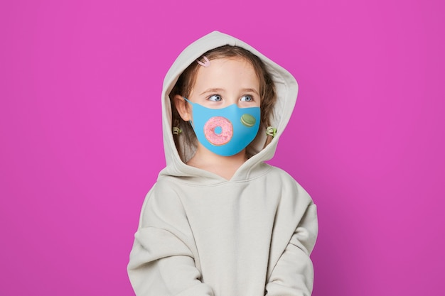 Ragazza che indossa una maschera per il viso per prevenire il covid 19