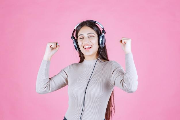 헤드폰을 착용하고 음악을 즐기는 소녀