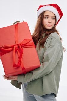 Девушка в новогодней одежде шляпа санта-клауса подарок образ жизни рождество