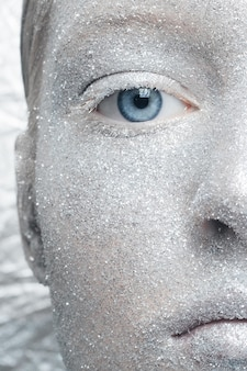 Девушка с серебряным блеском макияжа