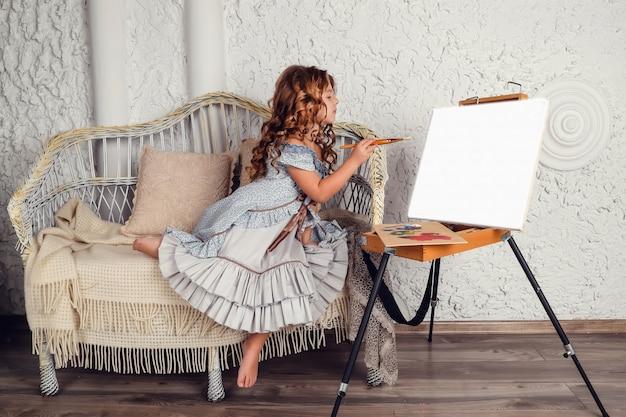 흰색 위에 포즈 세련 된 복고풍 드레스를 입고 소녀