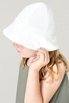 탱크 탑과 양동이 모자를 쓰고 소녀