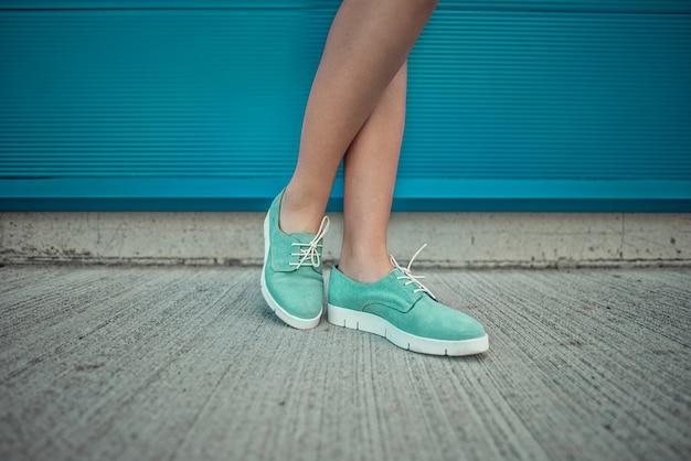 Ragazza che indossa scarpe alla moda. scarpe vicino al tiro per negozi di moda