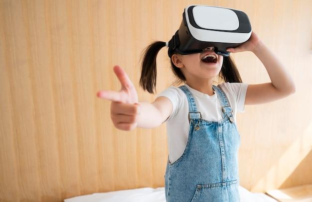Vrメガネの女の子 ミディアムショット 無料写真