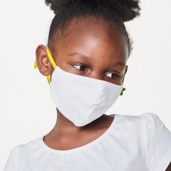 白いフェイスマスクを身に着けている女の子
