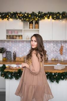 Девушка кружится на рождество и новый год