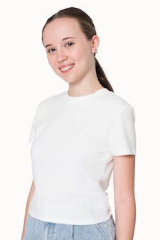 Ragazza in maglietta bianca servizio di abbigliamento giovanile