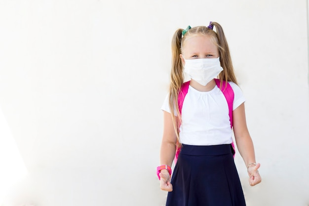 마스크에 배낭 소녀입니다. 학교