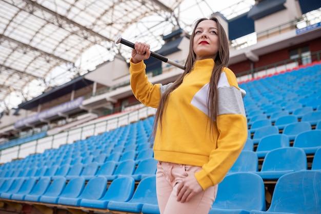 빈 경기장에서 방망이와 소녀입니다. 어떤 목적을 위해