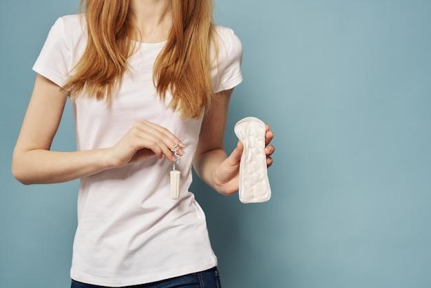 그녀의 손에 깨끗한 패드와 소녀