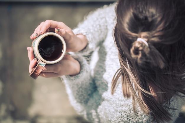 Девушка с чашкой в руках