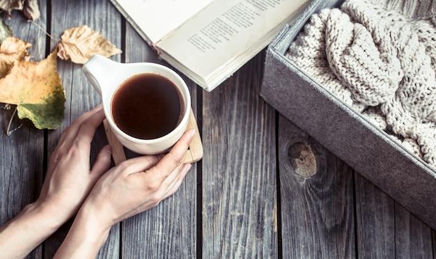 Девушка с чашкой кофе в руках