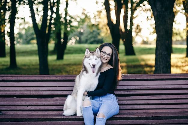ハスキー犬を持つ少女