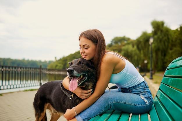 공원에서 강아지와 소녀