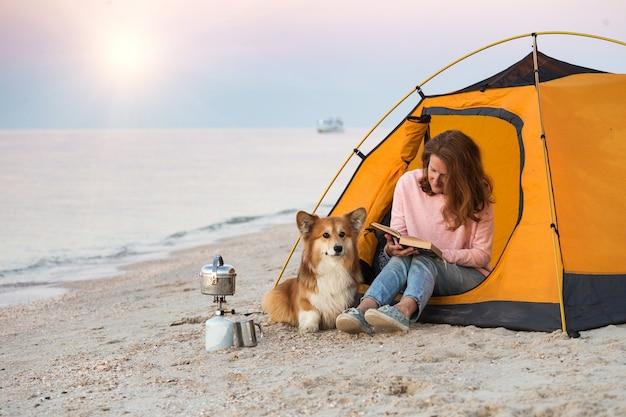 해변에서 강아지와 함께 소녀