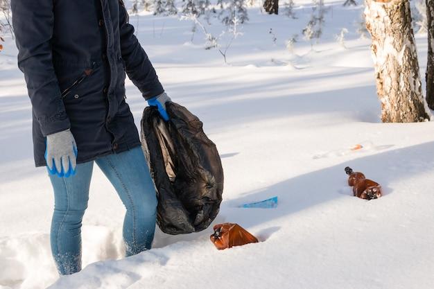 겨울 숲에서 쓰레기 봉투와 소녀