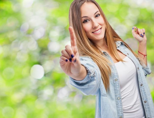 Девушка с указательным пальцем вверх