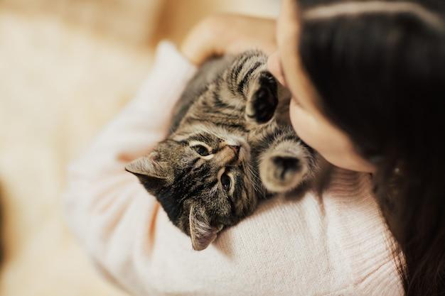 子猫を持つ少女。