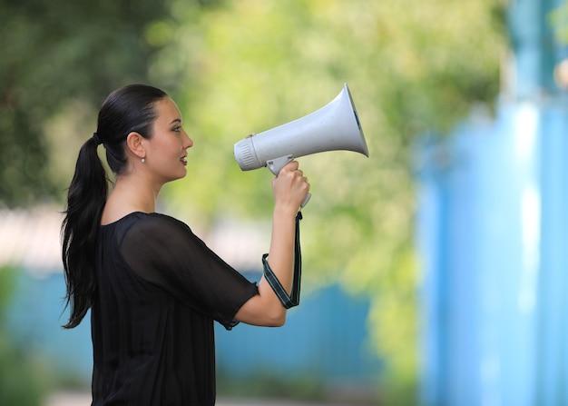 Девушка с мегафоном на улице