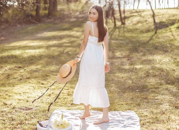 공원에서 봄에 밀짚 모자 소녀