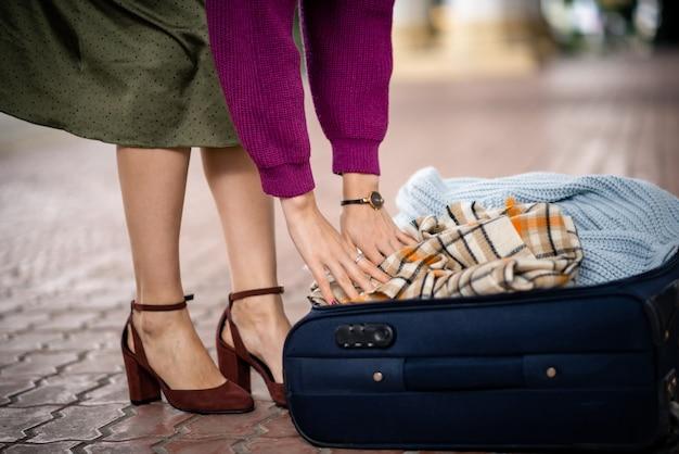 Девушка с чемоданом на улице