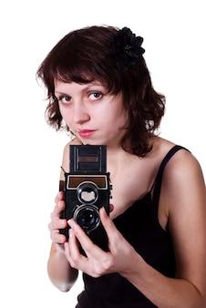 Девушка с двухобъективным зеркальным фотоаппаратом