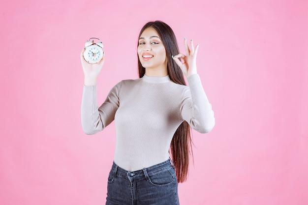 즐거움 기호를 만드는 알람 시계와 소녀