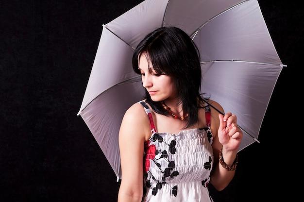 여름 드레스에 우산 소녀