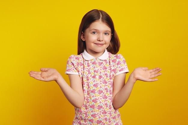 Девушка с распростертыми руками пожала плечами и сказала: «да какая разница, я не знаю».