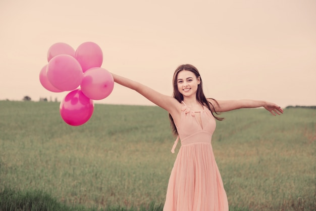 フィールドに風船を持つ少女