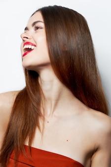 裸の肩を持つ少女横に見える魅力的な表情を笑う