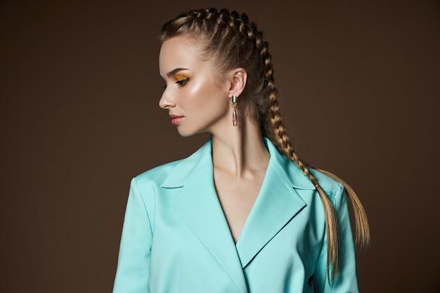 그녀의 귀에 아름다운 귀걸이, 보석을 가진 여자의 아름다움 초상화와 소녀. 완벽한 매끄러운 피부