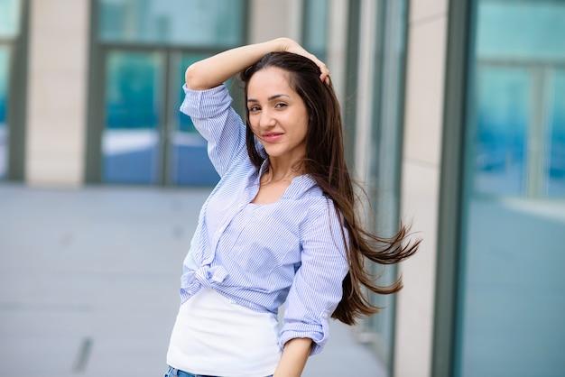 路上で美しい髪の少女。