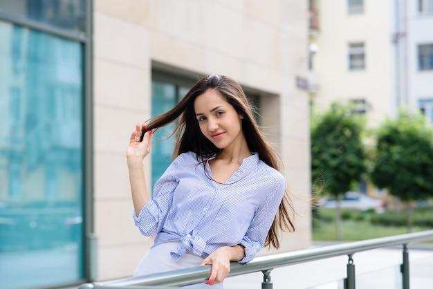 Девушка с красивыми волосами на улице.
