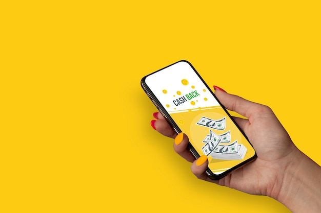 아름 다운 손톱을 가진 소녀는 배너 현금 다시 스마트 폰을 보유하고있다.