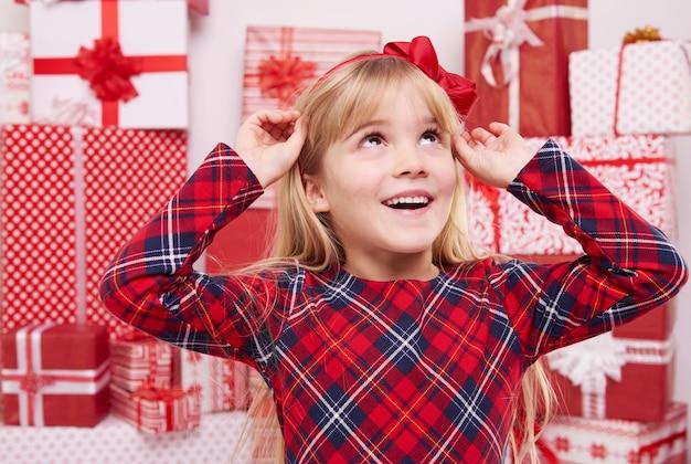 아름 다운 붉은 활과 소녀