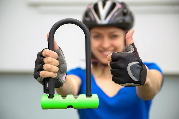 自転車のロックを持つ少女