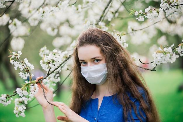 公園のマスクで青い目を持つ少女。