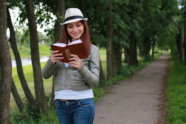 공원에서 책을 가진 소녀