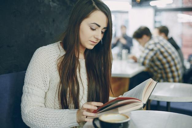 Ragazza con il libro