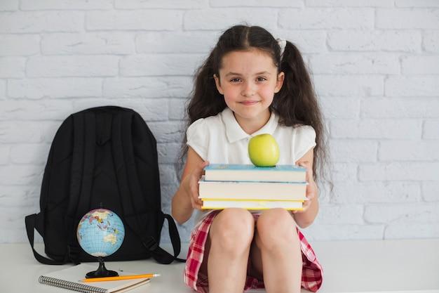 Девушка с книгами и яблоками
