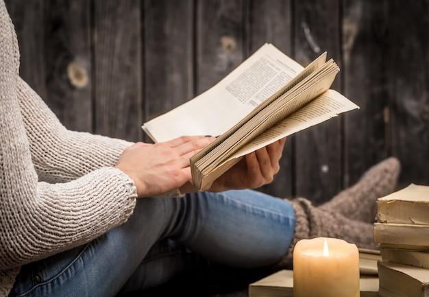本を持つ少女