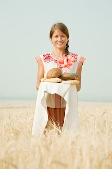 Девушка с хлебом на поле