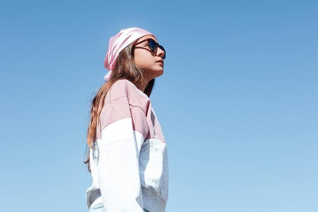 ピンクのヘッドスカーフを身に着けている乳がんの少女