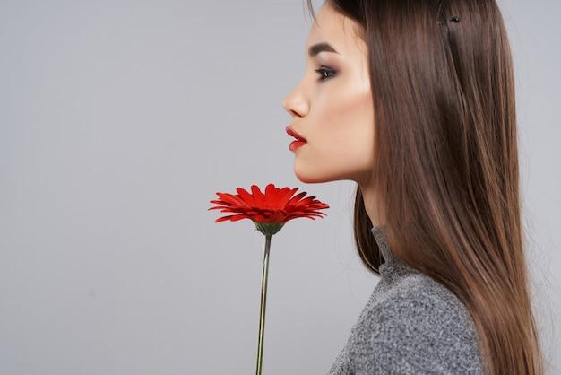 明るいメイクの女の子赤い花のロマンス高級スタジオ