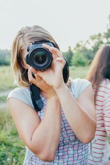 Девушка с камерой на поле